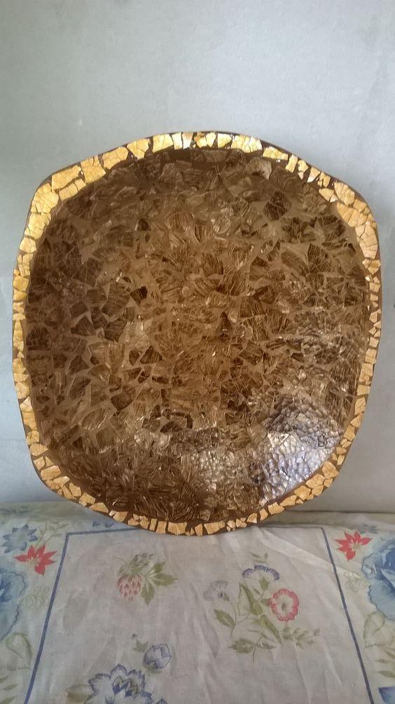 gamela de madeira revestida com casca de ovo.