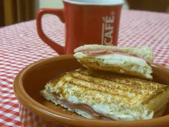 Bom dia!  com pão de forma feito em casa queijo branco e mortadela. Feito na sanduicheira de fogão que ganhei da minha avó  #tostex #sanduicheira #relíquia #pãodeforma #pãofeitoemcasa #café #cafédamanhã
