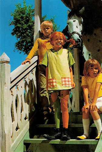 Pippi Långstrump (Pippi Langkous). Dutch postcard, 1971. Photo: Semic International. Publicity still for Pippi Långstrump/Pippi Longstocking (Olle Hellbom, 1969).: