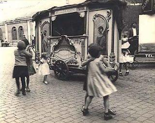 Street Organ, Amsterdam, 1933  Ilse Bing
