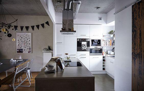 Grand îlot dans cuisine contemporaine IKEA, coin repas avec table et banc