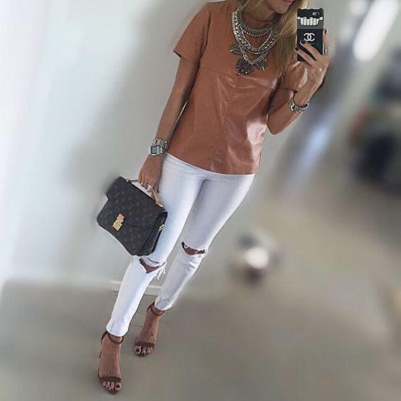 Today!!!✌️✌ Com look deuuuso by @boutiquelefemme  Gente, e como fica liiiindooo branco com caramelo não??❤️❤️ Simples e Chic!! {bag @louisvuitton | sandalia @schutzoficial | colar @odichique } #danicardoso®: