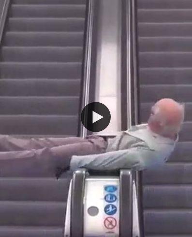 Veja o senhor se divertindo na escada  rolante.