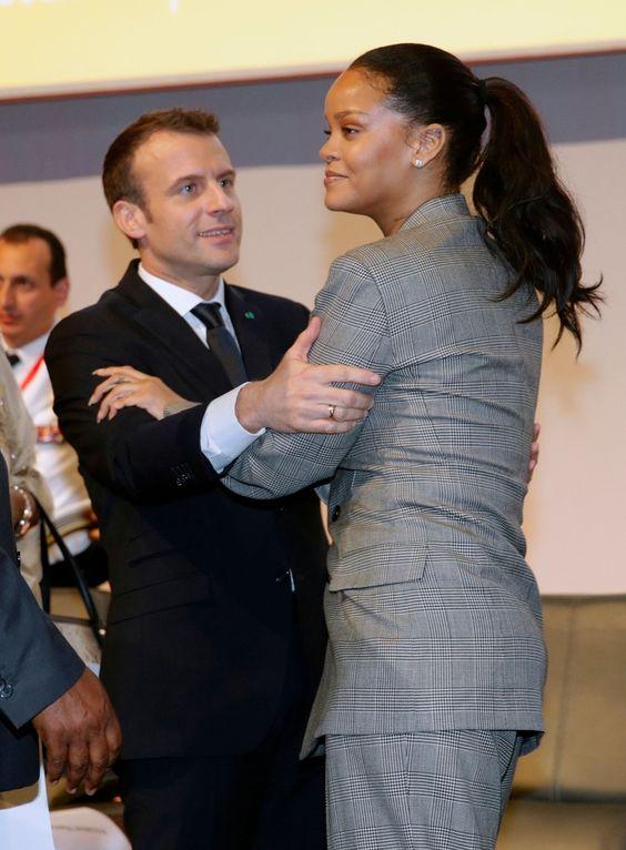 Rihanna, zakłopotanie piosenkarki, kiedy prezydent Francji próbował ją objąć. Macron złapał piosenkarkę i rwał się do obcałowania. Ta wpadła. W zakłopotanie, powstrzymała jednak udanie, szczupłymi dłońmi zapały jurnego amanta, któremu lepiej chyba przystoi z babką barbadoskiej artystki: doprowadzić kobietę do szału i rozwodu, przed udanym startem do drugiej kadencji, politycznej impotencji  Europy-Bee, a. fee