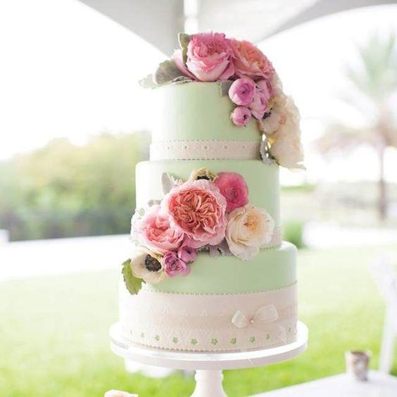 pastel de boda color menta y blanco con decoración de flores