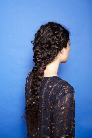 Trenza con cabello rizado, encuentra más opciones en http://www.1001consejos.com/peinados-para-rizos/