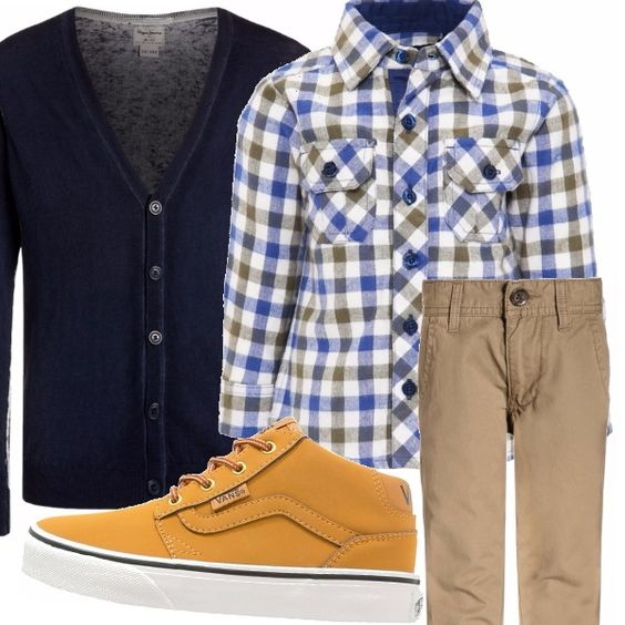 A quadretti la camicia da indossare sui pantaloni di tela beige. Completano l'outfit un cardigan blu e un paio di sneakers alte: comodità ed eleganza per il tempo libero.