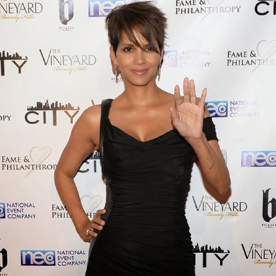 Halle Berry Flies Solo at Oscars without a Ring -- Is She Having Problems [Already] with Olivier Martinez?