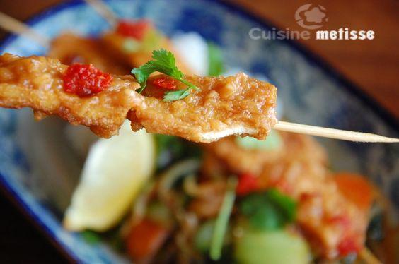 Brochettes de tofu sauce cacahuètes, légumes sautés | Cuisine Metisse