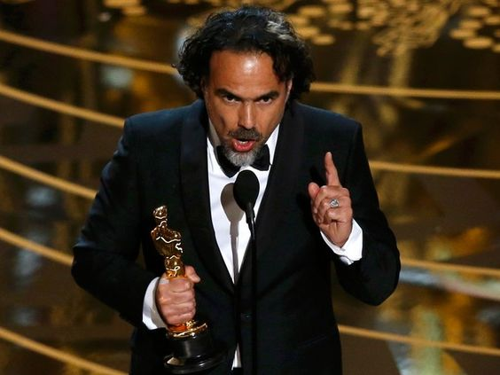 Alejandro Gonzáles Iñárritu recebe o Oscar de melhor diretor por 'O regresso' (Foto: REUTERS/Mario Anzuoni):