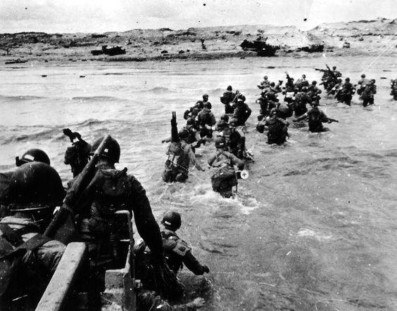 ROBERT CAPA photographe de guerre   La flaneuse / Le débarquement de Allliés en normandie en juin 1944