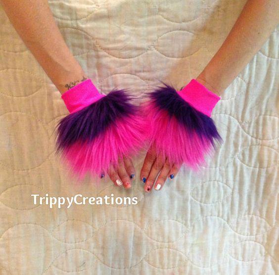 Faite avec de la fourrure de qualité supérieure.  Poignets de couche violet et rose. capotes extensibles. (nuance de rose peut très) Idéal pour une