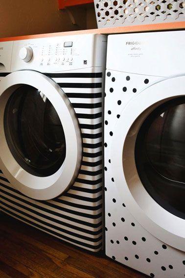 Pour relooker cette machine à laver et ce sèche-linge on a utilisé du ruban adhésif PVC noir pour former les rayures et les petits pois.: