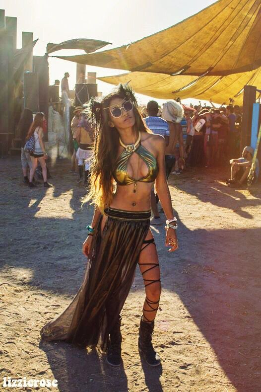 Paris Sinclair working her gold and black festival outfit at lighting in a bottle ♥️ halter from #littleblackdiamond