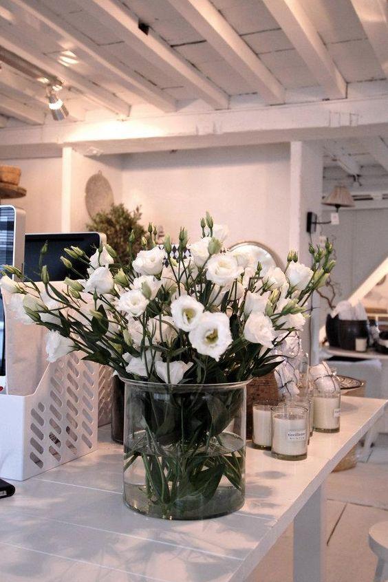 bloemen in grote glazen vaas