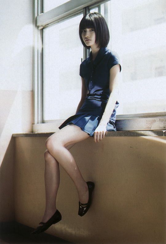窓辺に座る橋本愛