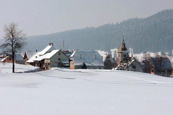 La fête du froid débute par -22 degrés à la Brévine  Organisées pour mettre en valeur les particularités de cette région surnommée la «Sibérie de la Suisse», les festivités ont débuté samedi, après une nuit où le thermomètre est descendu à -22 degrés.  http://www.tdg.ch