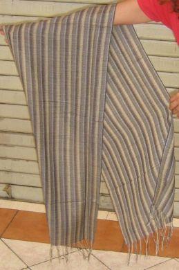 Ein kostbarer grau gestreifter #Schal aus einem Stoff, gewebt aus edler #Seide und #Babyalpaka #Wolle. Federleichte Eleganz, passend zu jeder Gelegenheit.  Ein besonderes #Accessoire aus seltenem Stoff, für Menschen die das Besondere lieben.