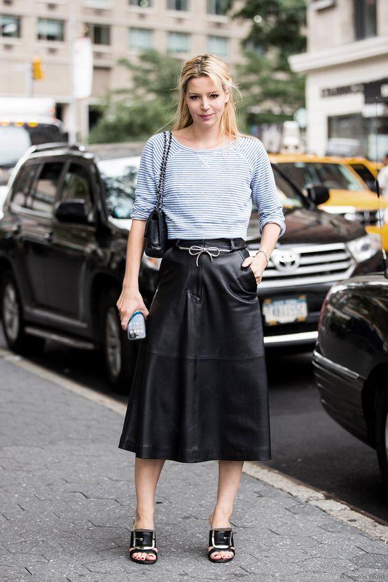 Amei o detalhe do cinta de laço (mas o laço é durinho!), saia saia de couro linda e a blusa basiquinha