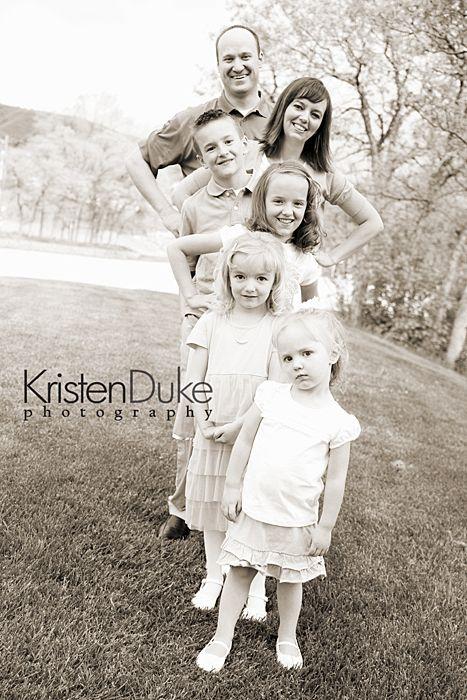 bella posa per questa famiglia. fotografia famiglia (•◡•) Tante altre idee cool per le mamme sul sito ❤ mammabanana.com ❤