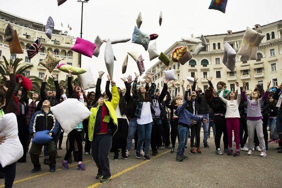 Φτερά και πούπουλα στην Πλατεία! - http://parallaximag.gr/thessaloniki/maties-ston-poli/zito-maxilaropolemos