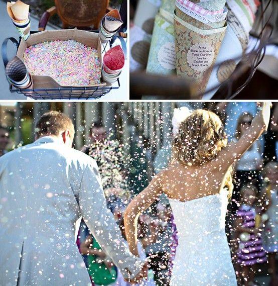 Mettre à dispo des convives, des cornets vides d'un côté, des confettis de l'autre, pour une sortie des mariés participative :))