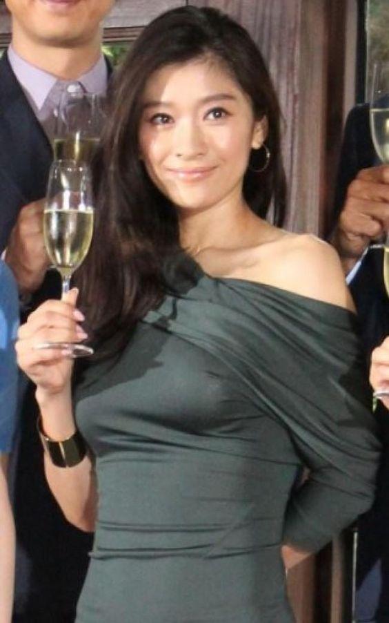 シャンパンを持つ篠原涼子