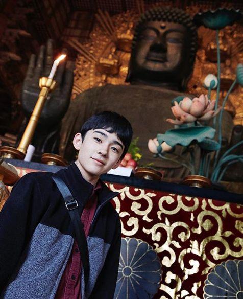 趣味の仏像を背景にした八代目市川染五郎のかっこいい画像