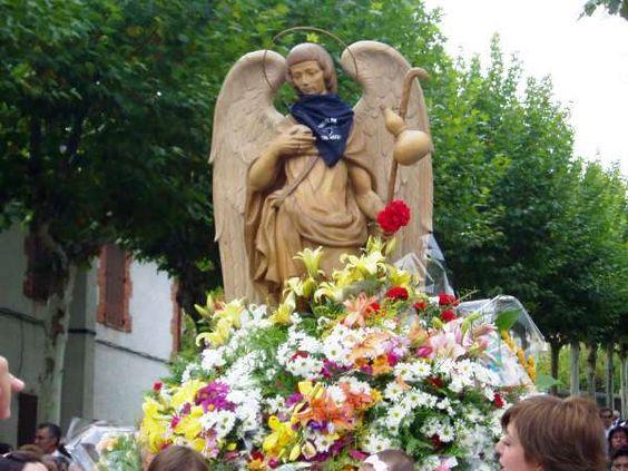 Imagen del Arcángel San Rafael en procesión, en la localidad segoviana de San Rafael (España), patrón de la misma