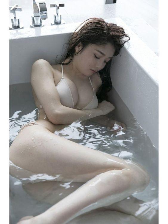 松川菜々花湯船に浸かるセクシー画像