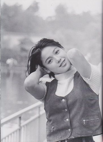 手を頭の後ろに回しているベストを着たひし美ゆり子の画像