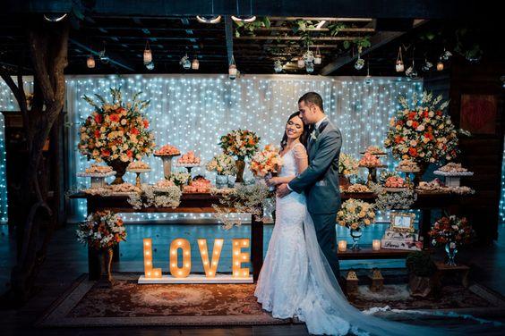 Felicidade é começar a semana aquecendo nossos corações com a união de Ramille e Thiago. Tem juras de amor debaixo de um gazebo coberto de flores de cerejeira, tem luzinhas e tem todo o charme de um casamento ao ar livre, com estilo rústico de...