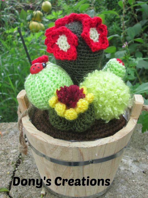 Buongiorno    tra ieri ed oggi ho finito una composizione di piante grasse da regalare ad un'amica spero tanto che le piaccia!!!!     Spero ...