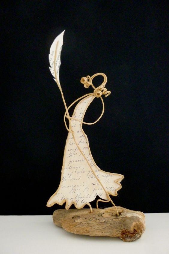 Femme à la plume - figurine en ficelle et papier: