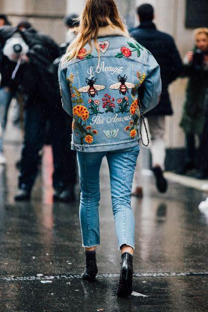 Total jeans com denim bordado, que está super em alta!