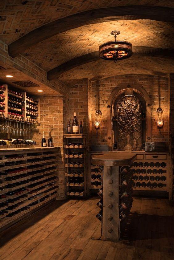 Un parement en pierre et des étagères en bois pour une jolie cave à vin