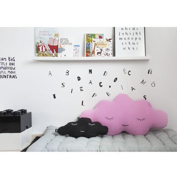 Cojín infantil en forma de una dulce nube dormilona en talla grande, es el cojín perfecto para convertir una cama en un cómodo diván y para acompañar a los peques en el paso de cuna a cama - Minimoi