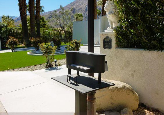 Liberace - Ses Villas et leur Décoration - Palm Springs où il avait 2 Villas - Boite à Lettres 'Piano'