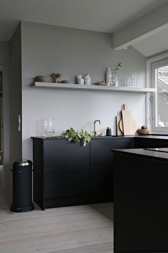 Strakke greeploze keuken met kastenwand verzonken in standbouw - küchen hochglanz weiß