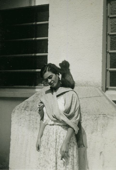 mexicanfoodporn:    Frida Kahlo echando cigarro con su mono araña  Frida Kahlo smoking with her spider monkey