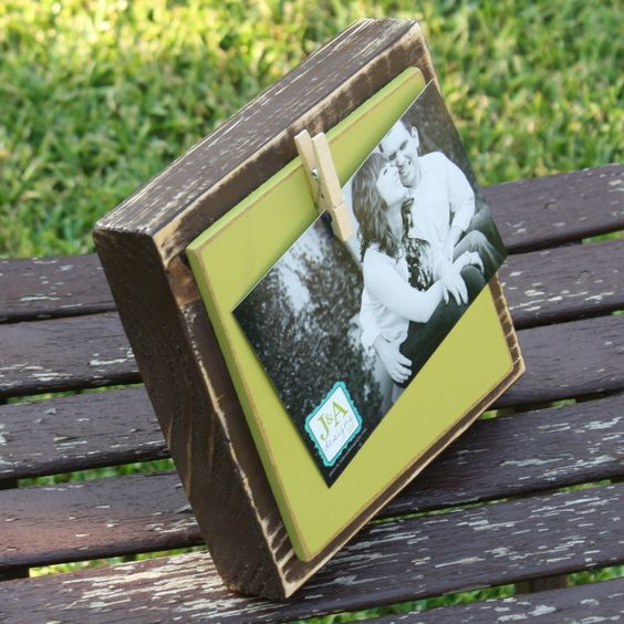 blocks of wood and clothes pin = great frame! Great idea for Xmas gift or centerpiece