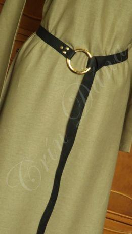 Cinto inspirado nos cintos longos utilizados pelor vários povos da Antiguidade e Medievo Europeus, em couro preto e metal dourado.