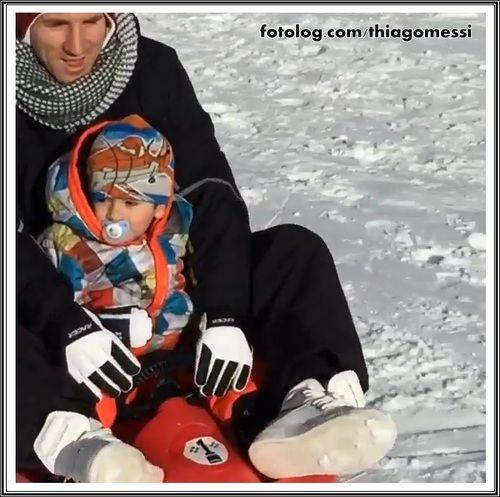 Thiago Messi : Titi brincando no gelo...  E hoje é o último dia dos 2 aninhos de Titi, amanhã meu bb faz aniversário.  Bom domingo à todos   thiagomessi