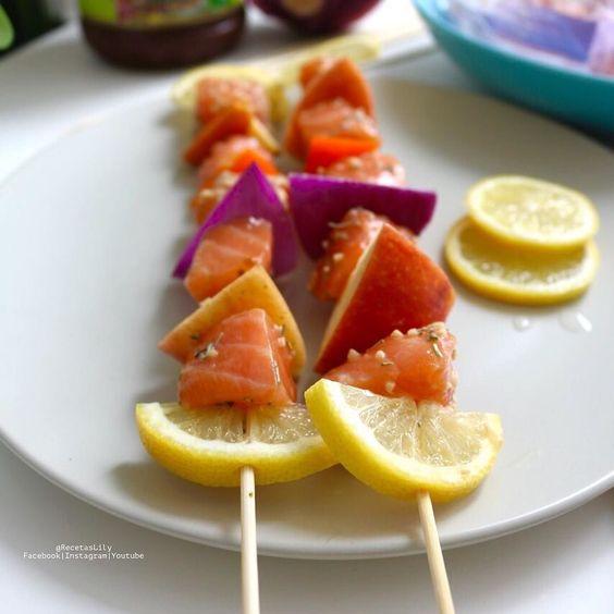 Almuerzo rico con la felicidad de comer pescado. Y más si eres #salmonlover como yo. #receta express Pinchos de salmón 1. Marinas en una bolsa hermètica con salsa teriyaki usé una endulzada con agave marca #OrganicVille.  ajo y romero. 2. Armas los pinchos con limón manzana salmón marinado cebolla pimentón  3. Cocinas en el horno 5 min a 200grados 4. Agregas pimienta y cilantro  y listo para servir. . Deja algunos para la cena. . Puedes hacerlo también con piña la mezcla es maravillosa…