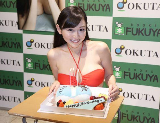 ビキニ型ケーキで誕生日を祝福された杉原