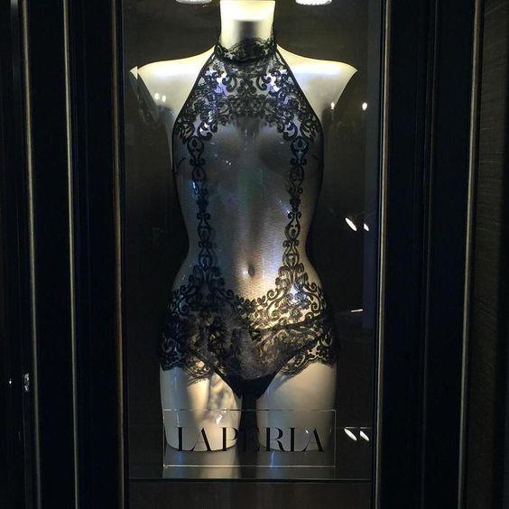 Pura seducción. Donde? En la vitrina de La Perla que se encuentra en el hotel. Pura seducción?