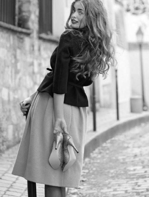"""Los que sonríen nunca esperan nada a cambio, y los que no, esperan todo el tiempo la llegada de huracanes."""" - Estefanía Mitre"""