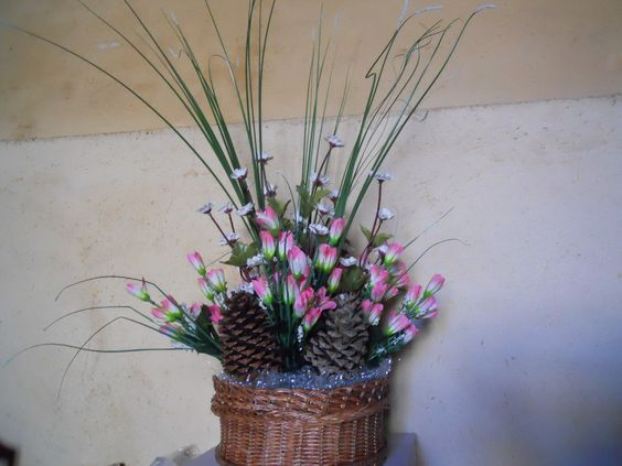 Hacemos centros y ramos de flores para todo tipo de eventos, en distintos tamaños y colores. Cuéntenos su idea y le hacemos un presupuesto sin compromiso.