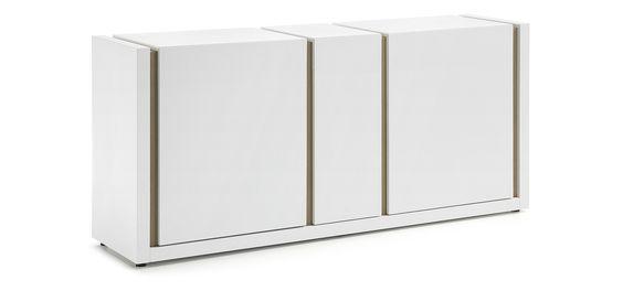 #Buffet DE, blanc avec 3 portes en panneau de fibre de bois laqué en finition mate. Détails en placage de #chêne.