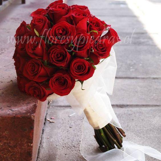 Ramo de Novia Un ramo de rosas rojas jamás pasará de moda!!!!! Atrévete a probar con este modelo de Flores y Piedras www.floresypiedras.cl